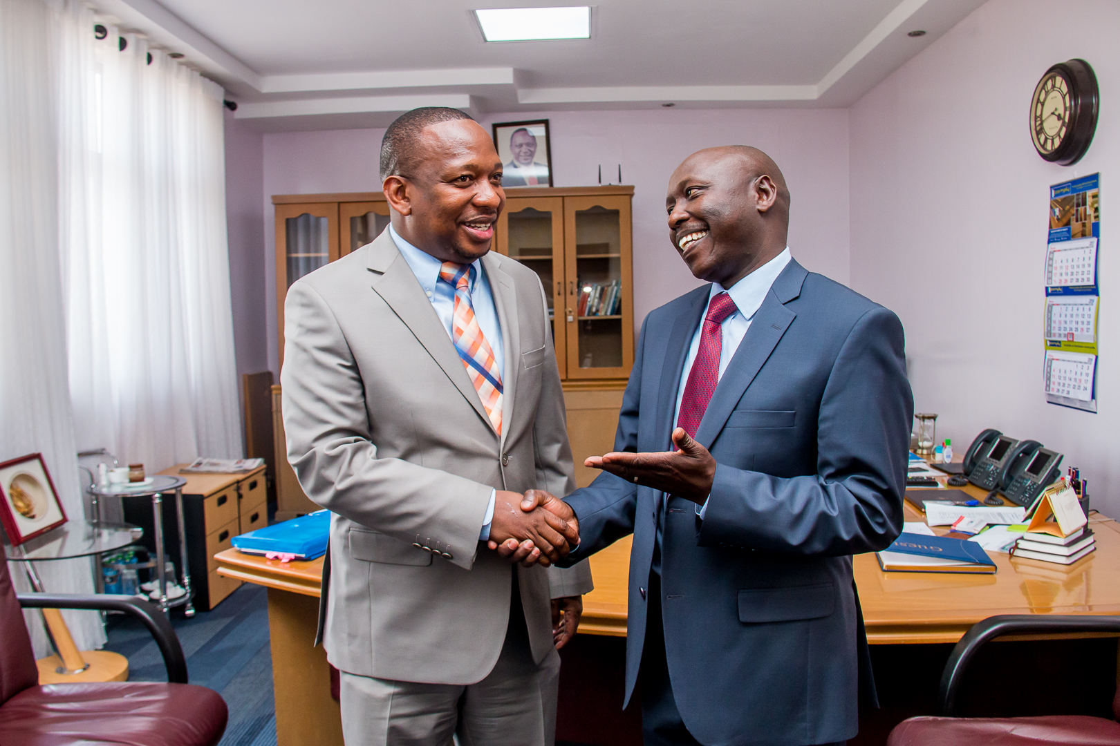 L-R: Nairobi County Governor Hon. Mike Mbuvi Sonko shares a light moment with the Managing Director & CEO.